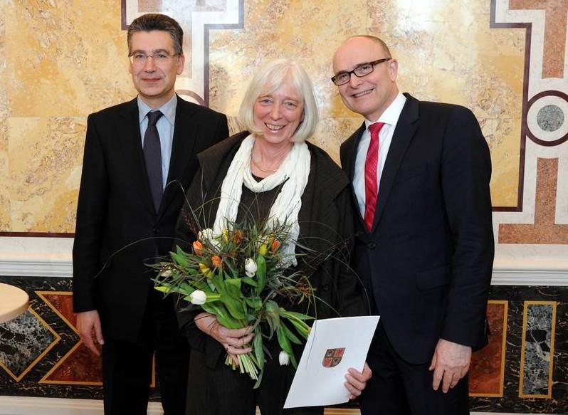 Waldorflehrerin Juliane Schwarte mit Ministerpräsident Erwin Sellering (re.) und Bildungsstaatssekretär Sebastian Schröder